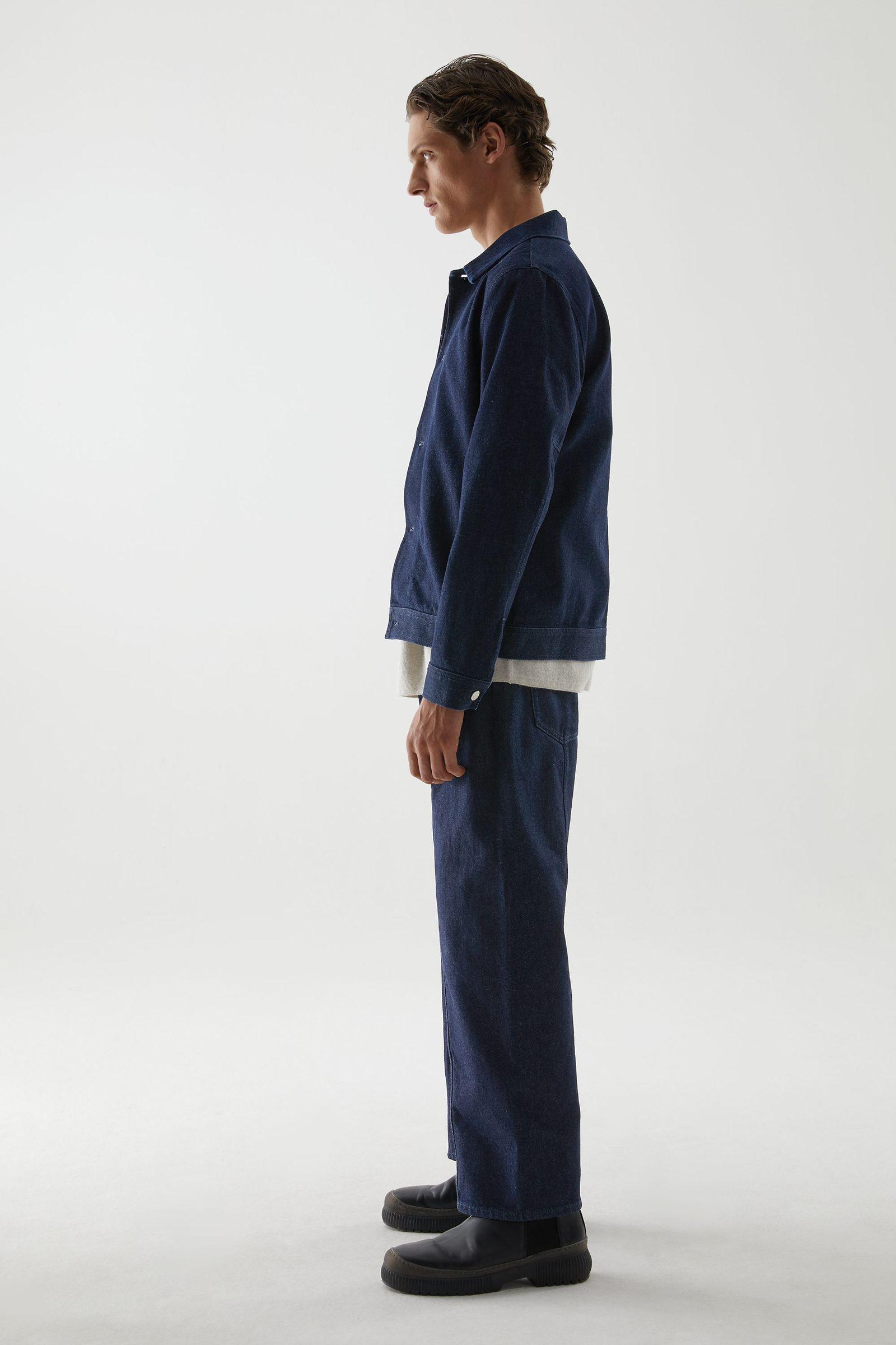 COS 리사이클 코튼 믹스 미니멀 데님 재킷의 다크 블루컬러 ECOMLook입니다.