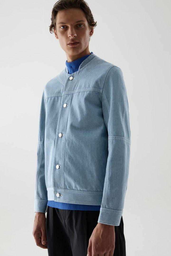 COS default image 5 of 블루 in 리사이클드 코튼 믹스 칼라리스 데님 베이스볼 재킷