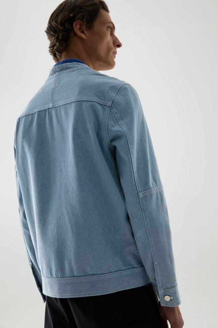COS 칼라리스 데님 베이스볼 재킷의 라이트 블루컬러 ECOMLook입니다.