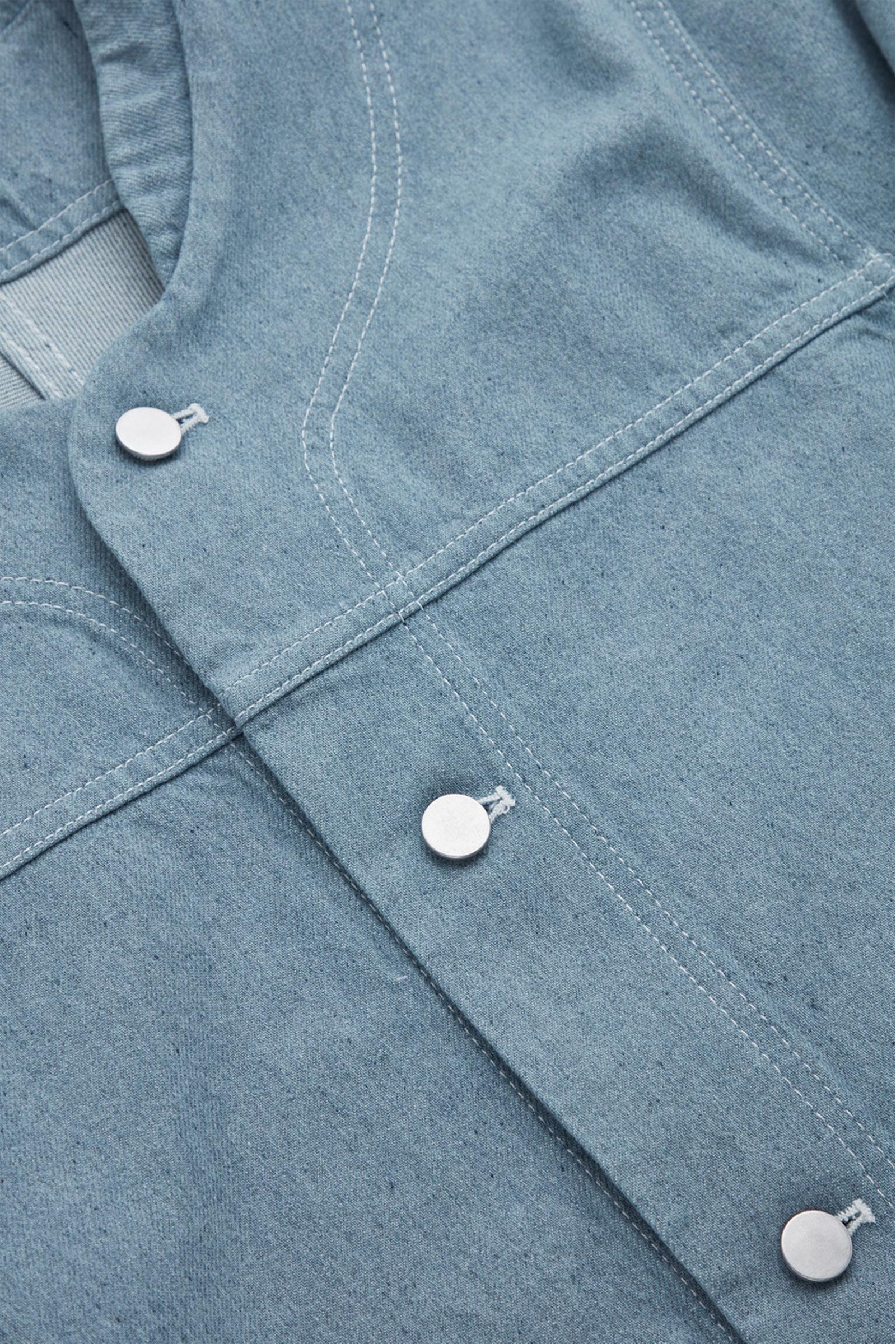 COS 칼라리스 데님 베이스볼 재킷의 라이트 블루컬러 Detail입니다.