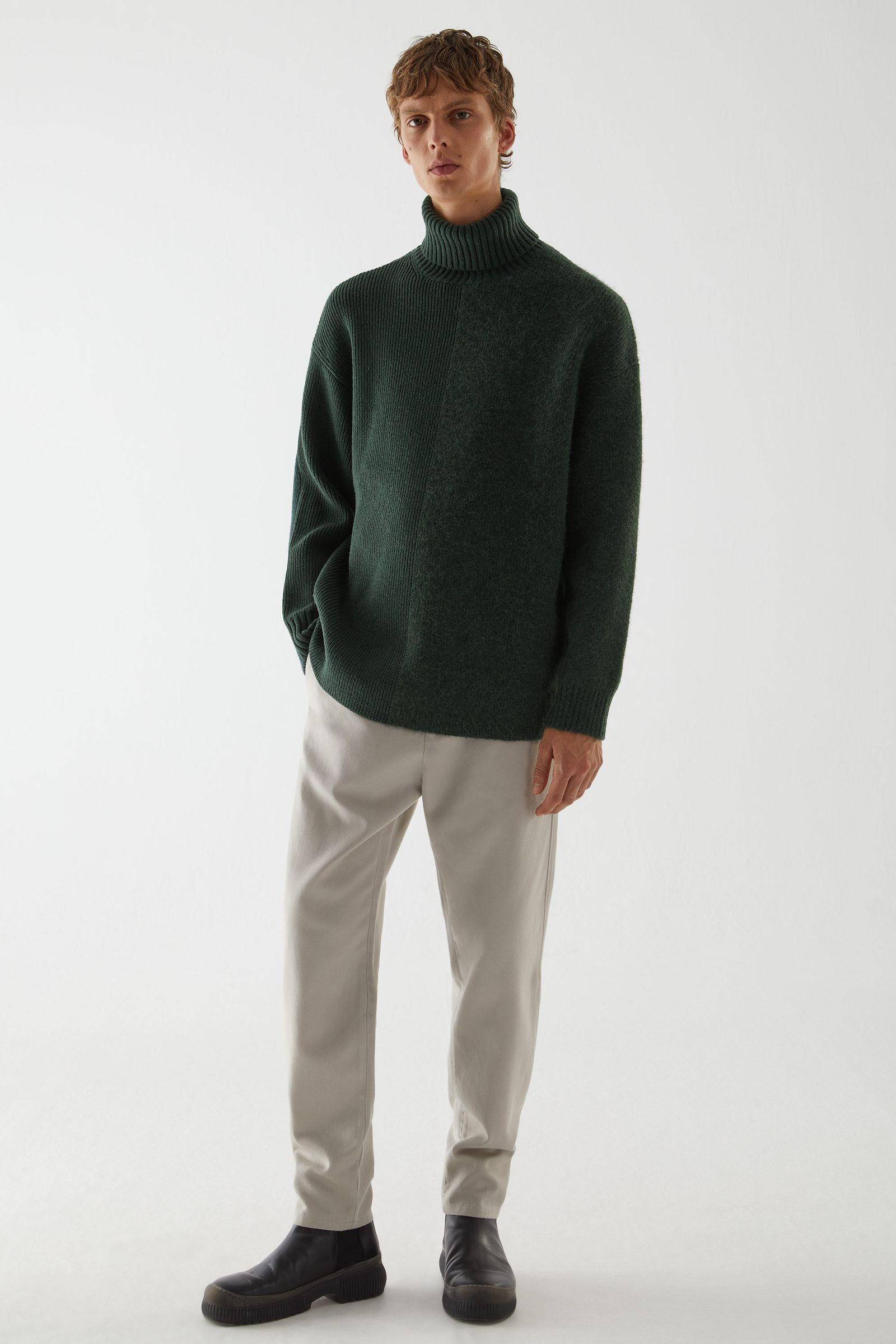 COS 롤넥 울 스웨터의 다크 그린컬러 ECOMLook입니다.