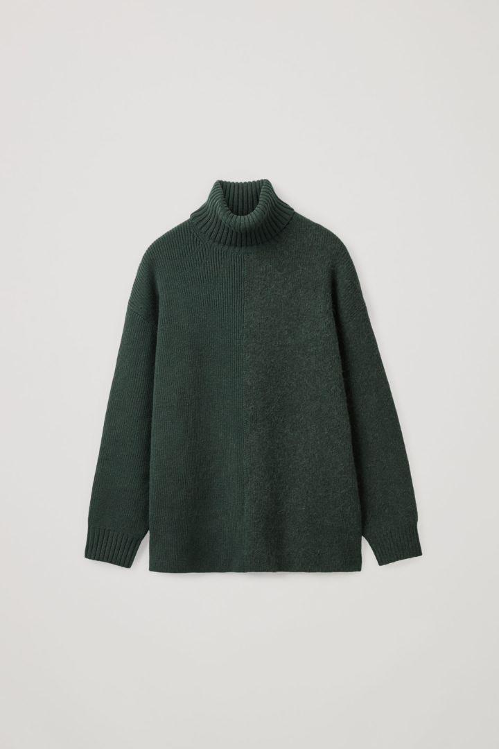 COS 롤넥 울 스웨터의 다크 그린컬러 Product입니다.