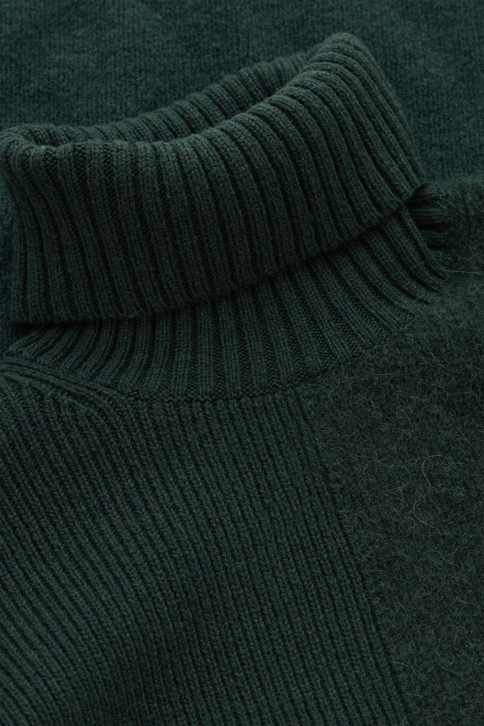COS 롤넥 울 스웨터의 다크 그린컬러 Detail입니다.