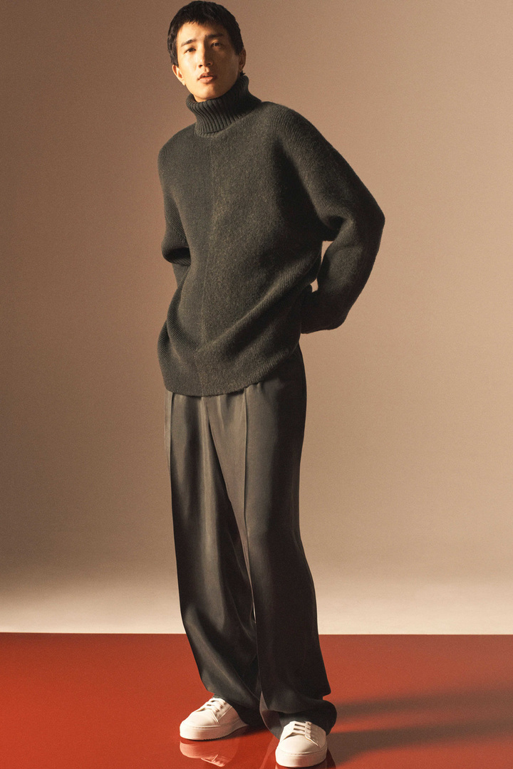 COS 롤넥 울 스웨터의 다크 그린컬러 Environmental입니다.