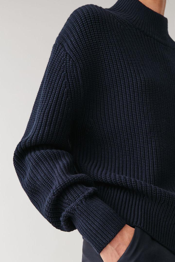 COS 울 코튼 니티드 스웨터의 네이비컬러 ECOMLook입니다.