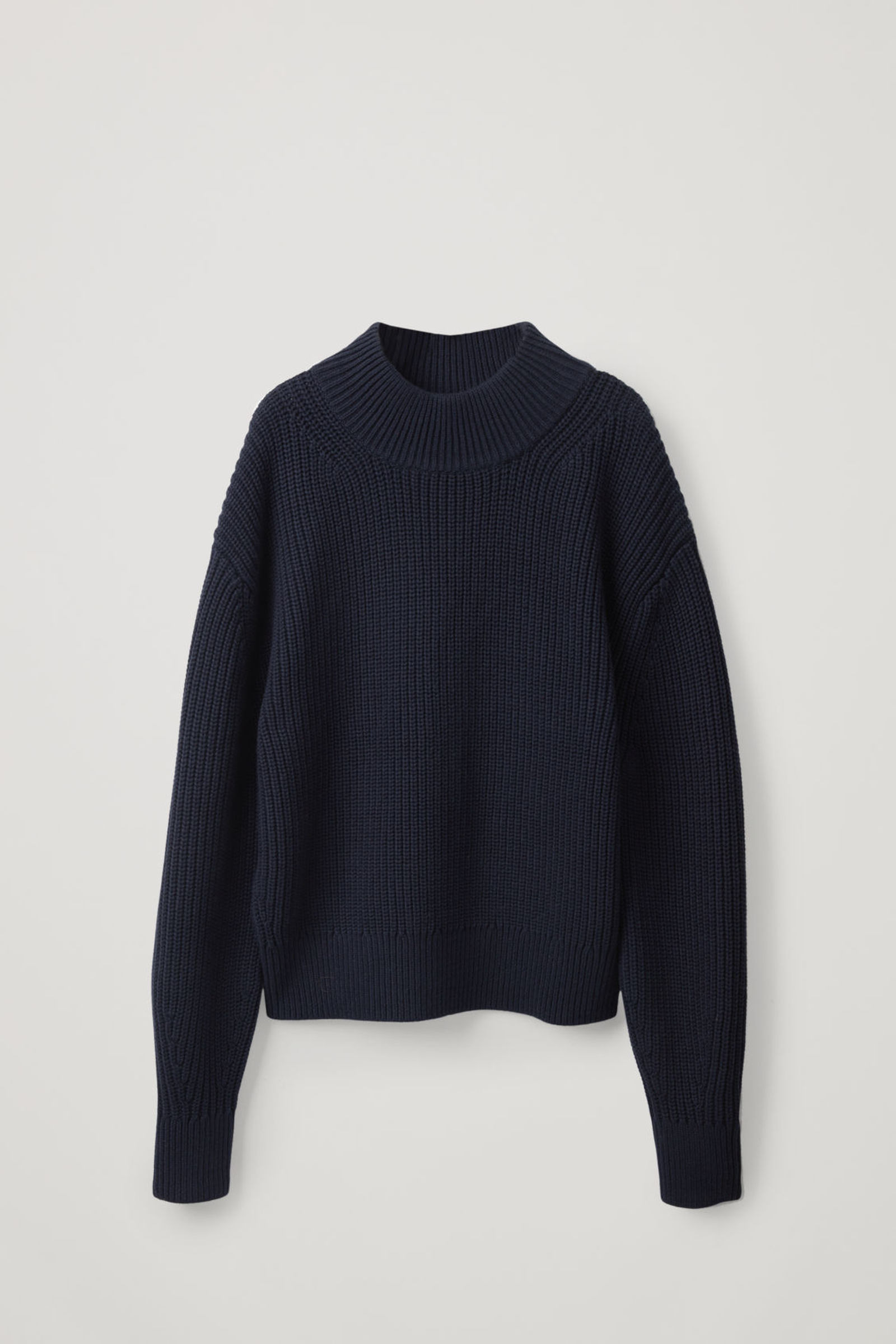 COS 울 코튼 니티드 스웨터의 네이비컬러 Product입니다.