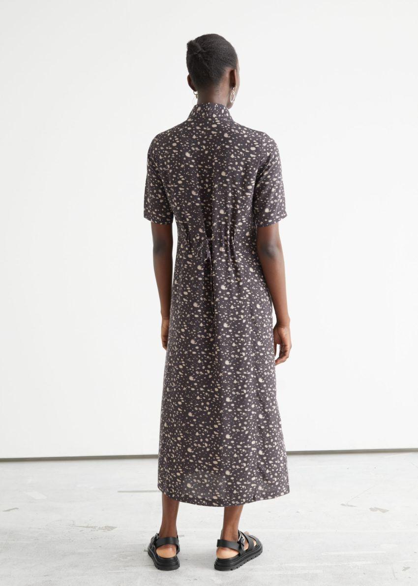 앤아더스토리즈 어저스터블 웨이스트 미디 셔츠 드레스의 브라운 프린트컬러 ECOMLook입니다.