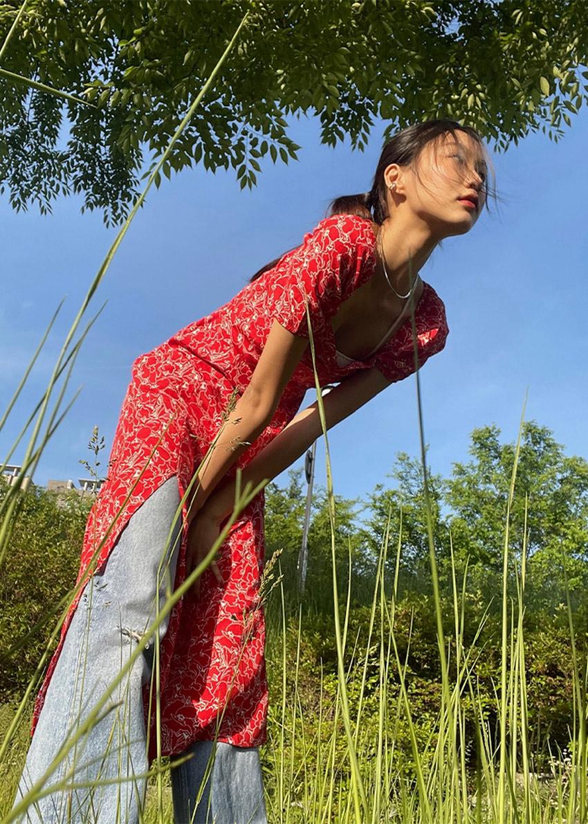 앤아더스토리즈 플로위 퍼프 슬리브 미디 드레스의 레드 프린트컬러 Environmental입니다.