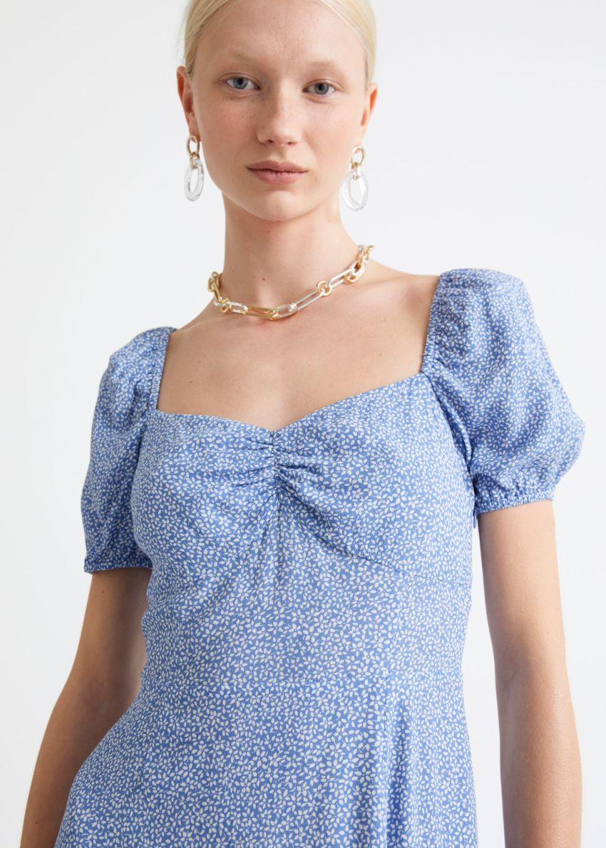 앤아더스토리즈 플로위 퍼프 슬리브 미디 드레스의 블루 프린트컬러 ECOMLook입니다.