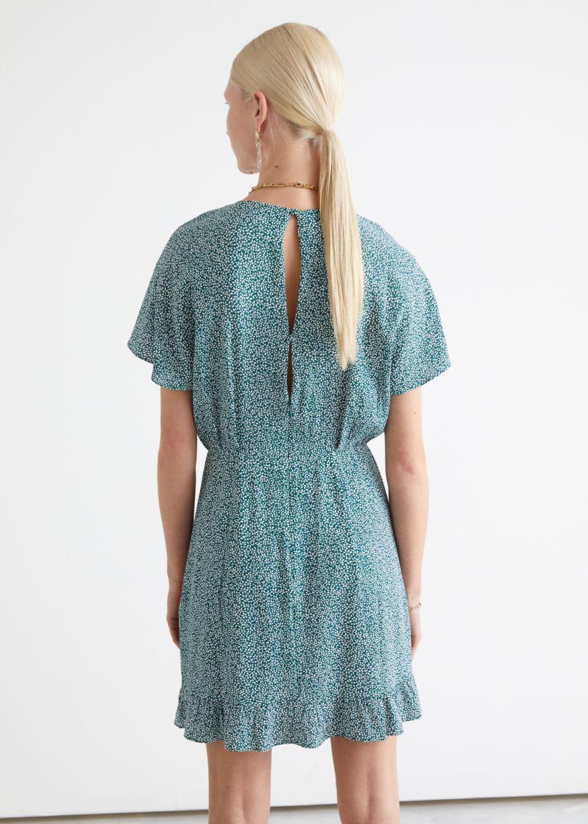 앤아더스토리즈 배트윙 슬리브 러플 미니 드레스의 그린 프린트컬러 ECOMLook입니다.