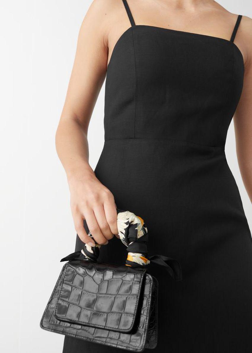 앤아더스토리즈 피티드 리넨 블렌드 미니 드레스의 블랙컬러 ECOMLook입니다.