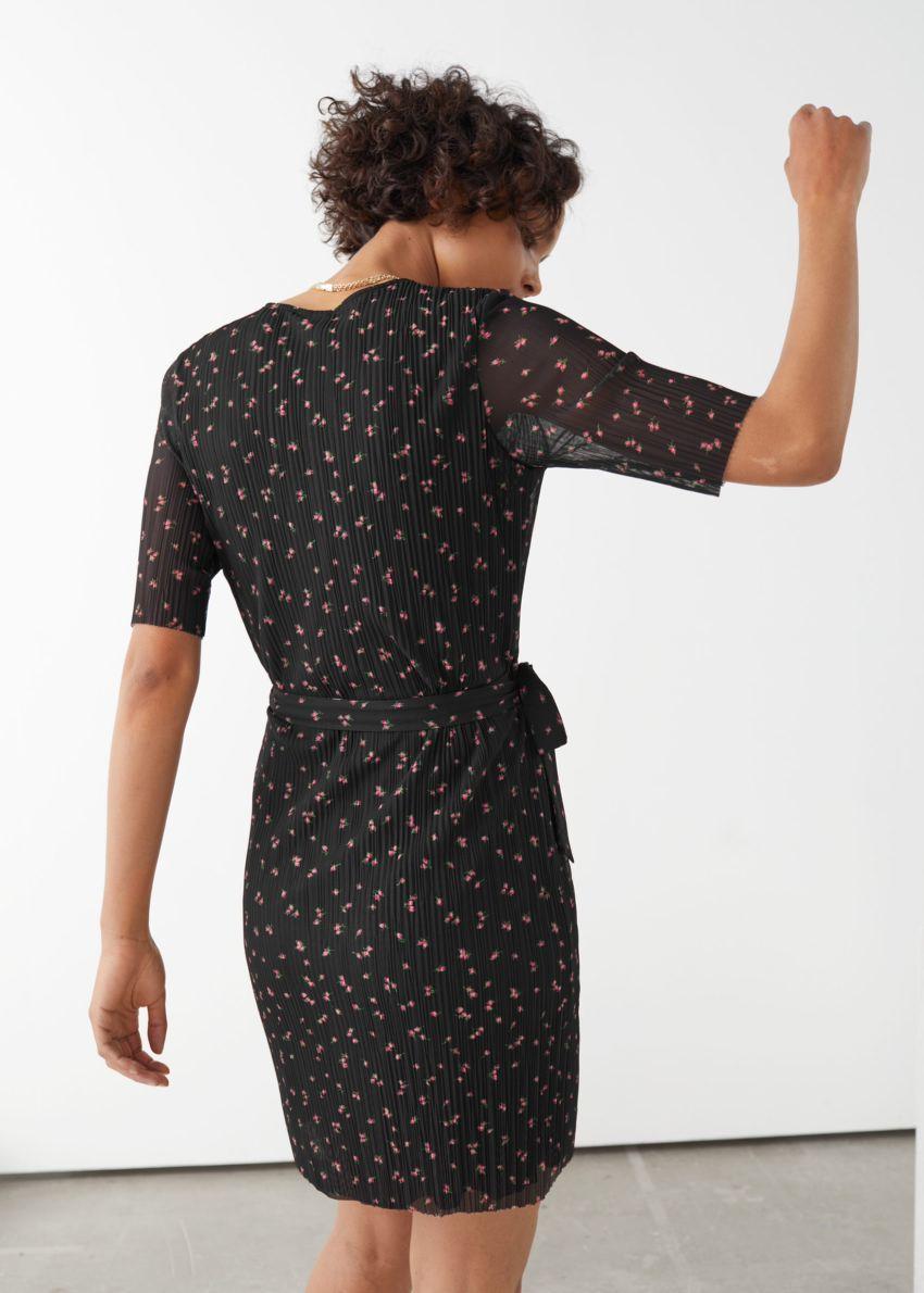 앤아더스토리즈 메쉬 랩 미니 드레스의 블랙 플로럴컬러 ECOMLook입니다.