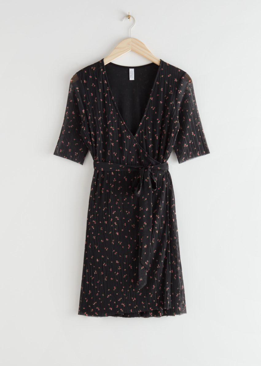 앤아더스토리즈 메쉬 랩 미니 드레스의 블랙 플로럴컬러 Product입니다.