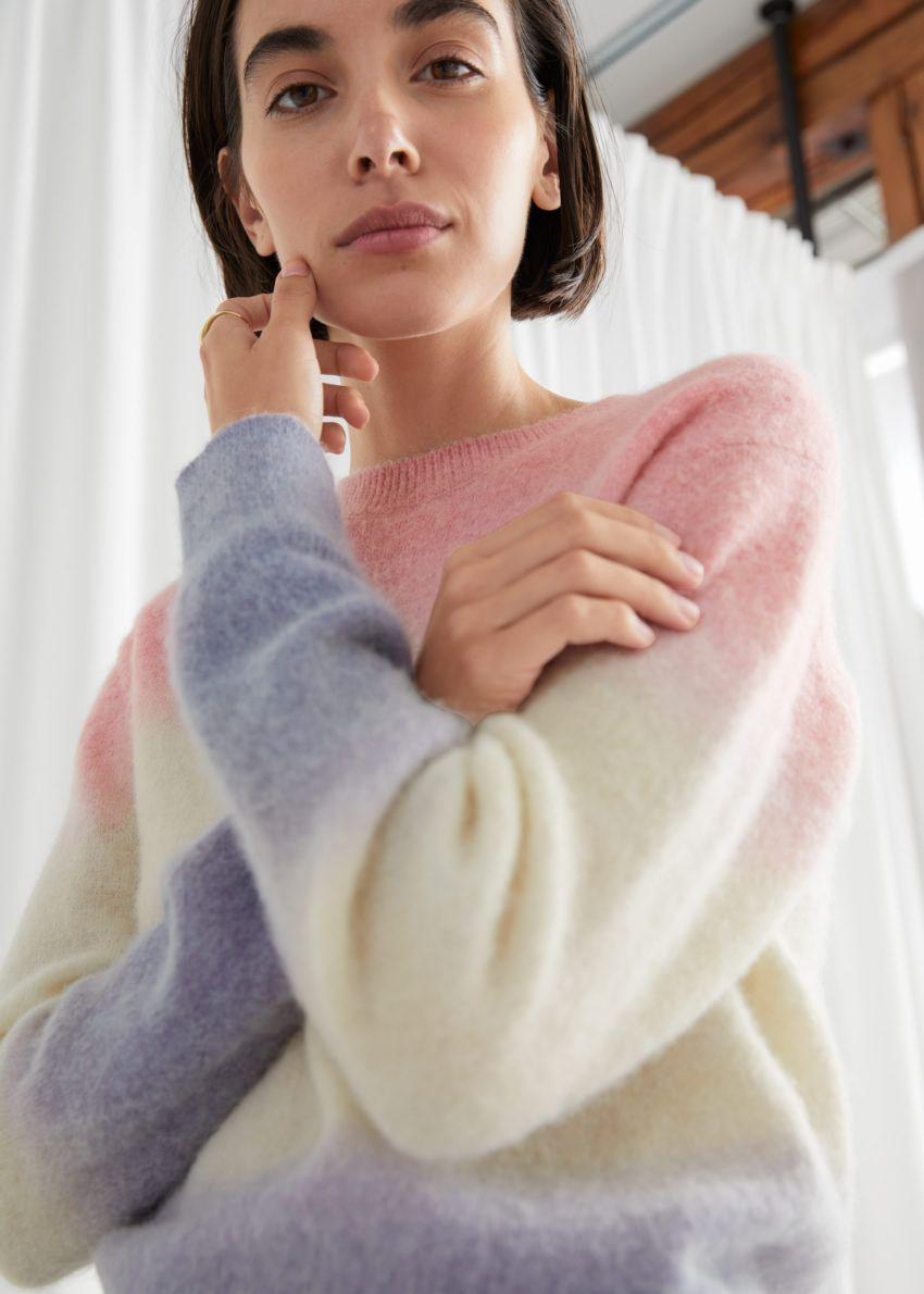 앤아더스토리즈 스트라이프 니트 스웨터의 멀티 스트라이프컬러 ECOMLook입니다.