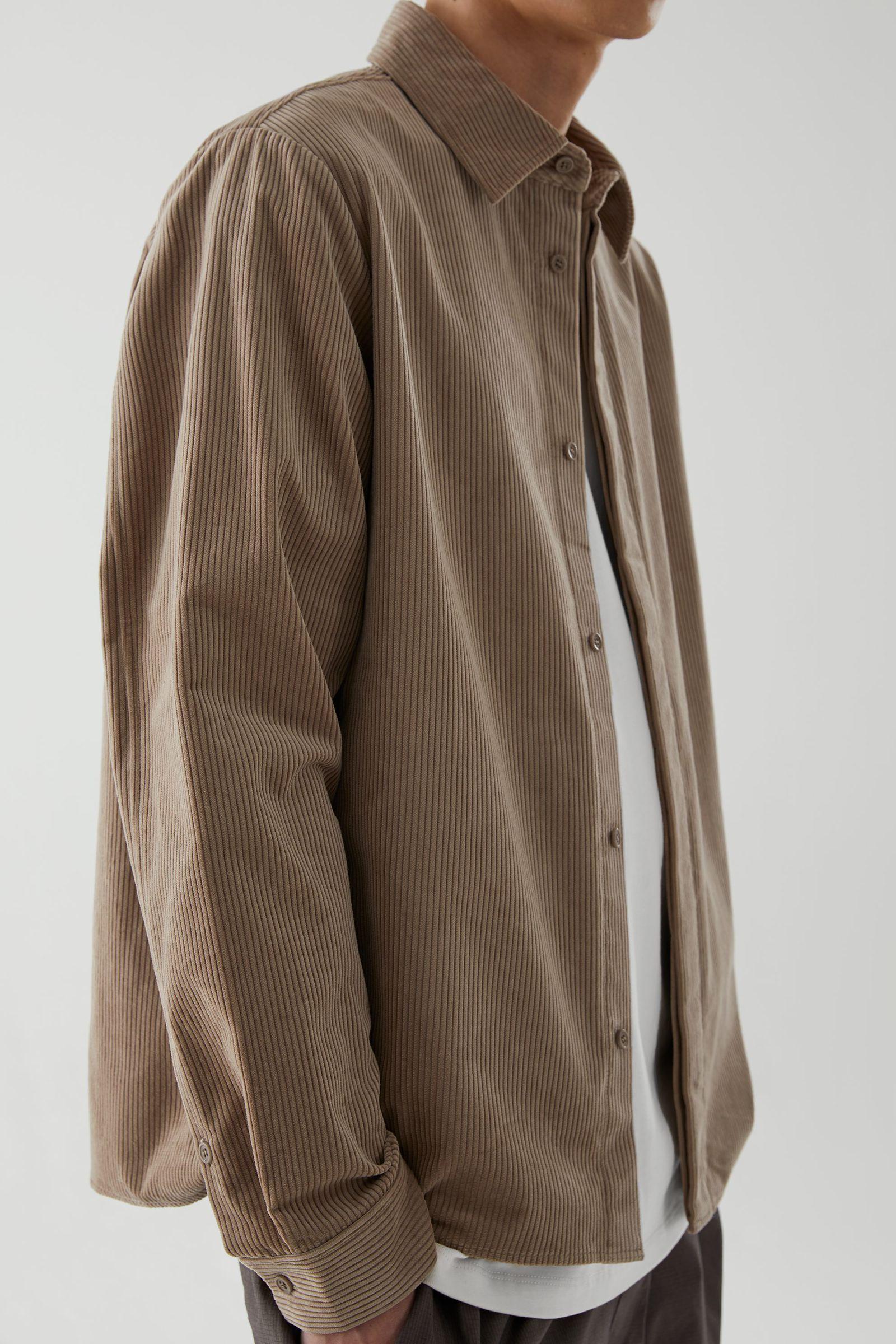 COS 코튼 코듀로이 셔츠의 브라운컬러 ECOMLook입니다.