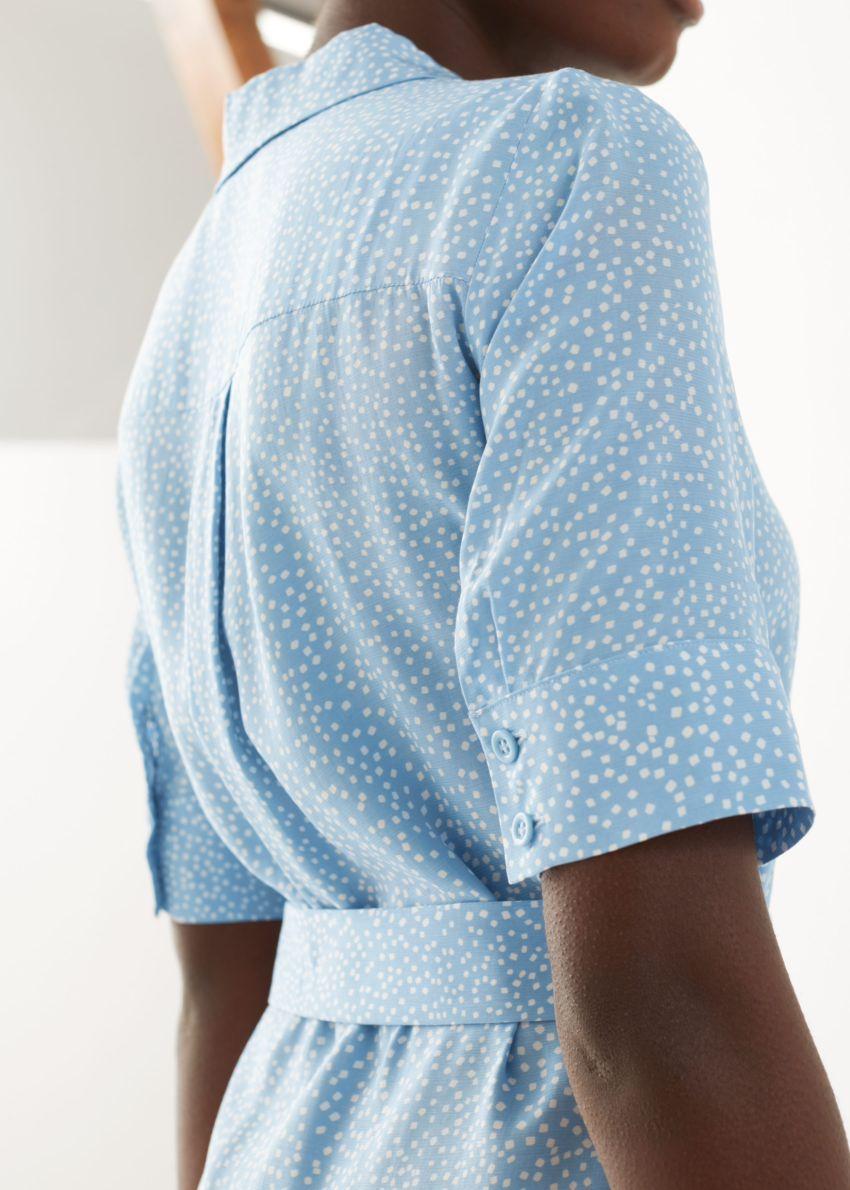 앤아더스토리즈 벨티드 맥시 셔츠 드레스의 블루 플로럴컬러 ECOMLook입니다.