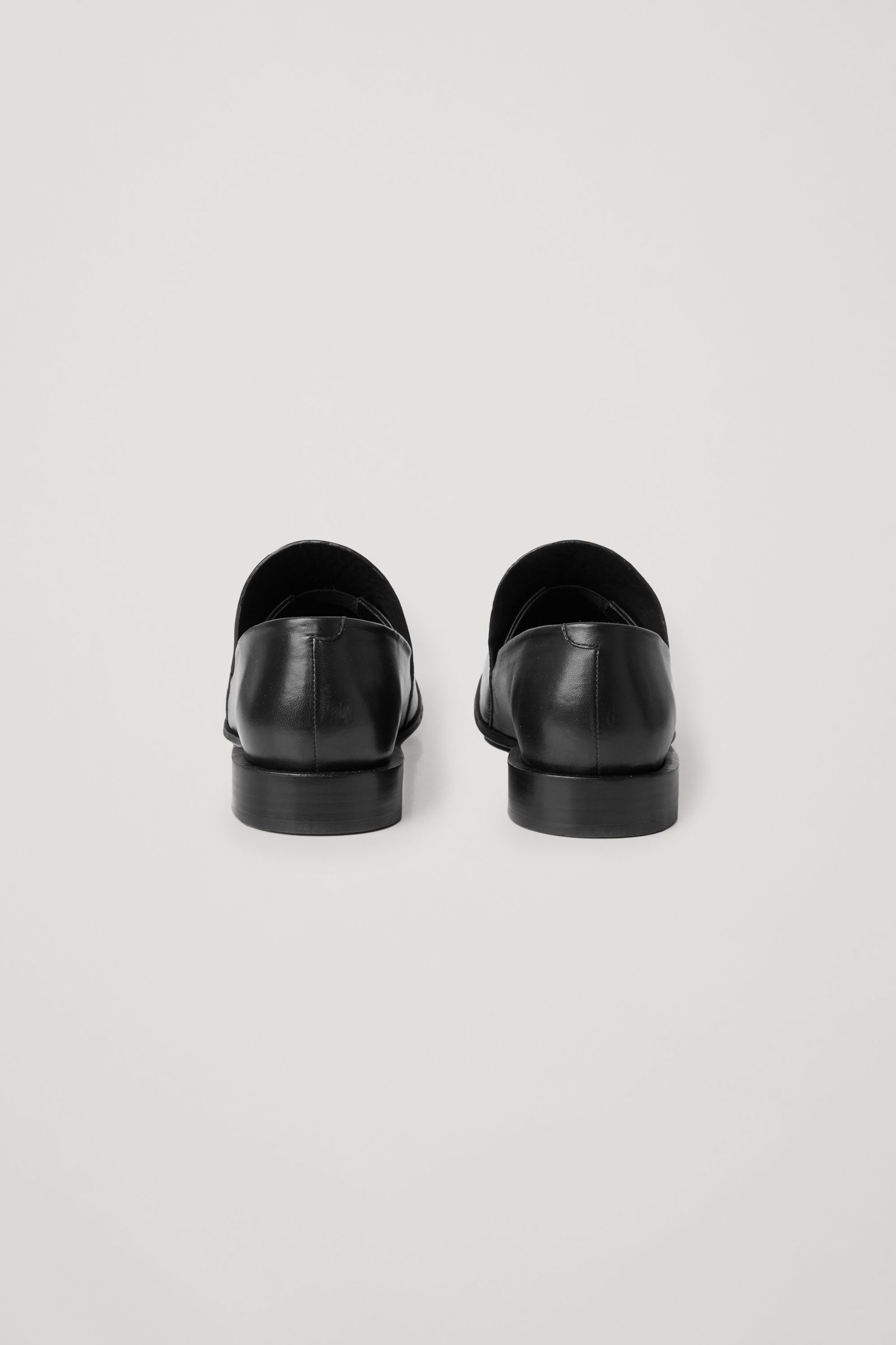 COS 지오메트릭 힐 레더 로퍼의 블랙컬러 Product입니다.