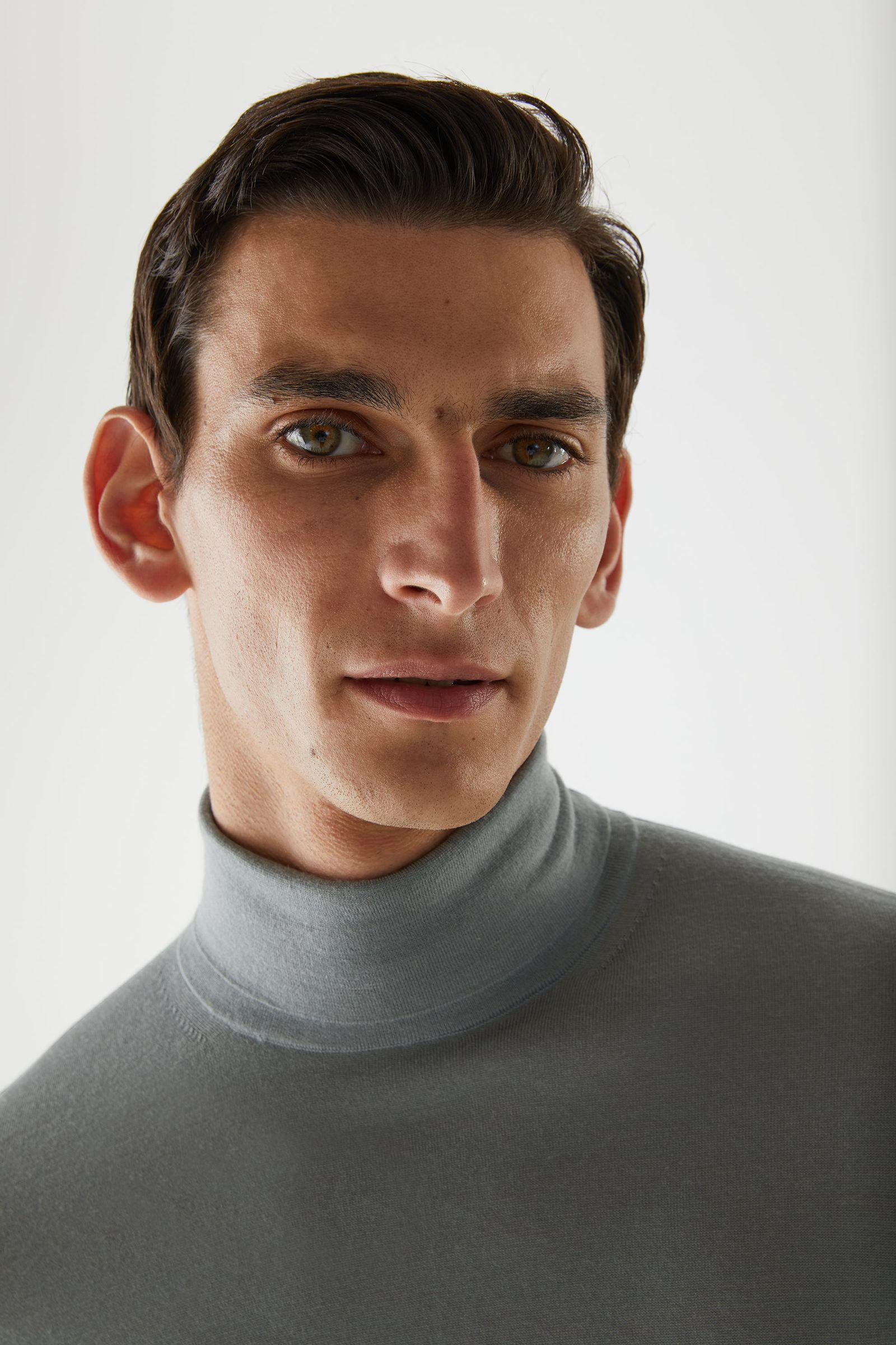 COS 메리노 롤넥 스웨터의 그레이컬러 ECOMLook입니다.