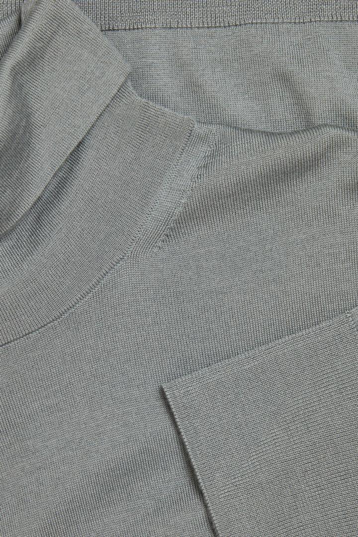 COS 메리노 롤넥 스웨터의 그레이컬러 Detail입니다.