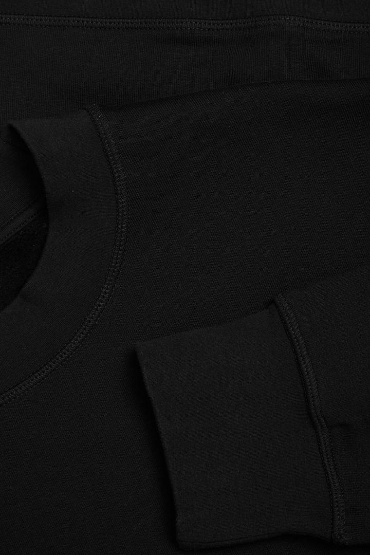 COS 코튼 릴렉스트 스웻셔츠의 블랙컬러 Detail입니다.