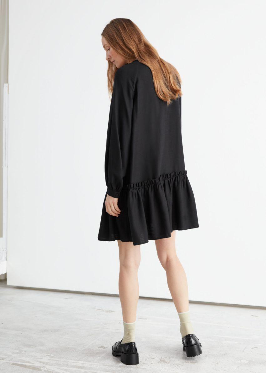앤아더스토리즈 볼류미너스 엠브로이더리 미니 드레스의 블랙컬러 ECOMLook입니다.