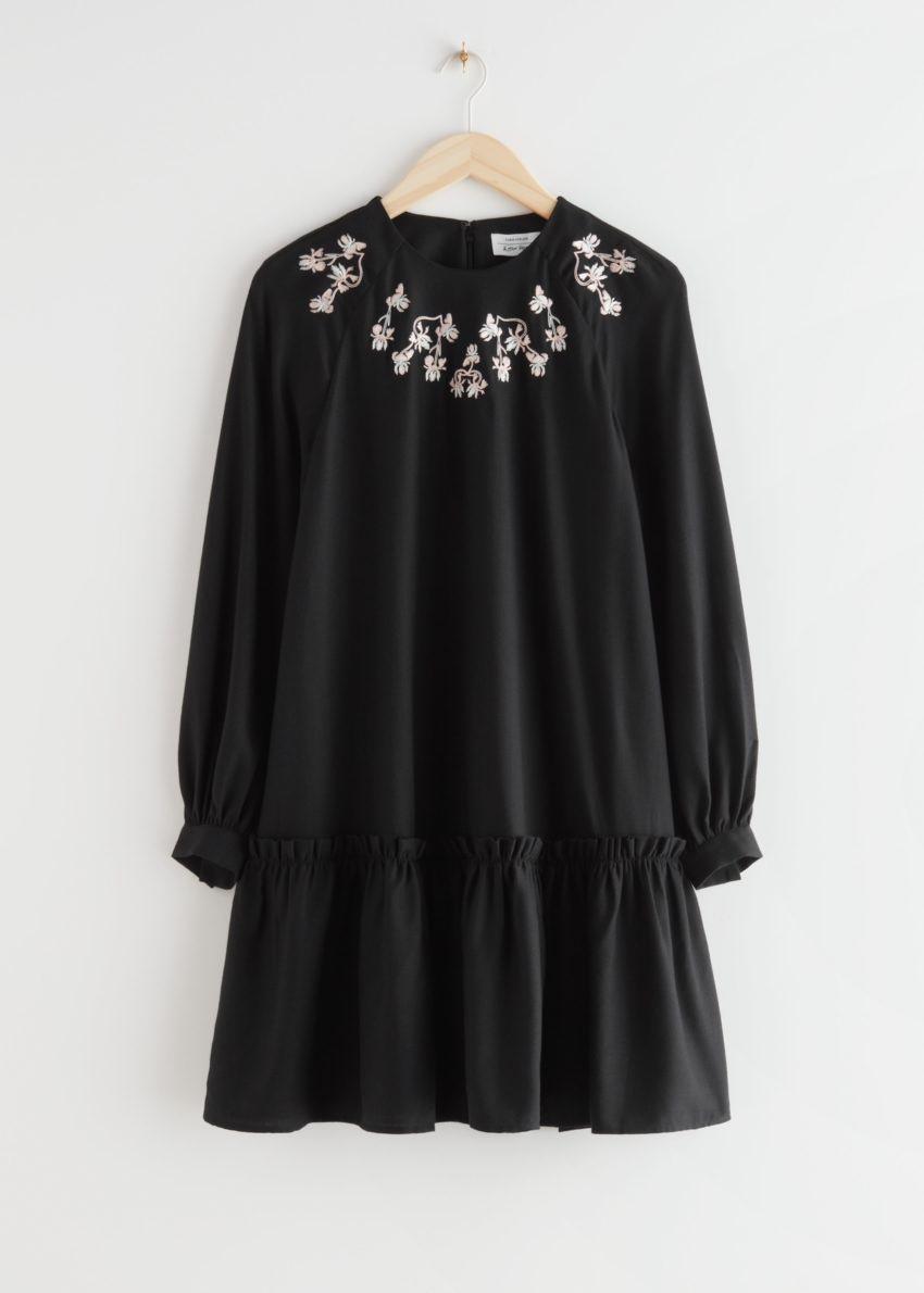 앤아더스토리즈 볼류미너스 엠브로이더리 미니 드레스의 블랙컬러 Product입니다.