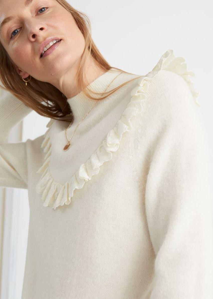 앤아더스토리즈 러플 터틀넥 니트 스웨터의 크림컬러 ECOMLook입니다.