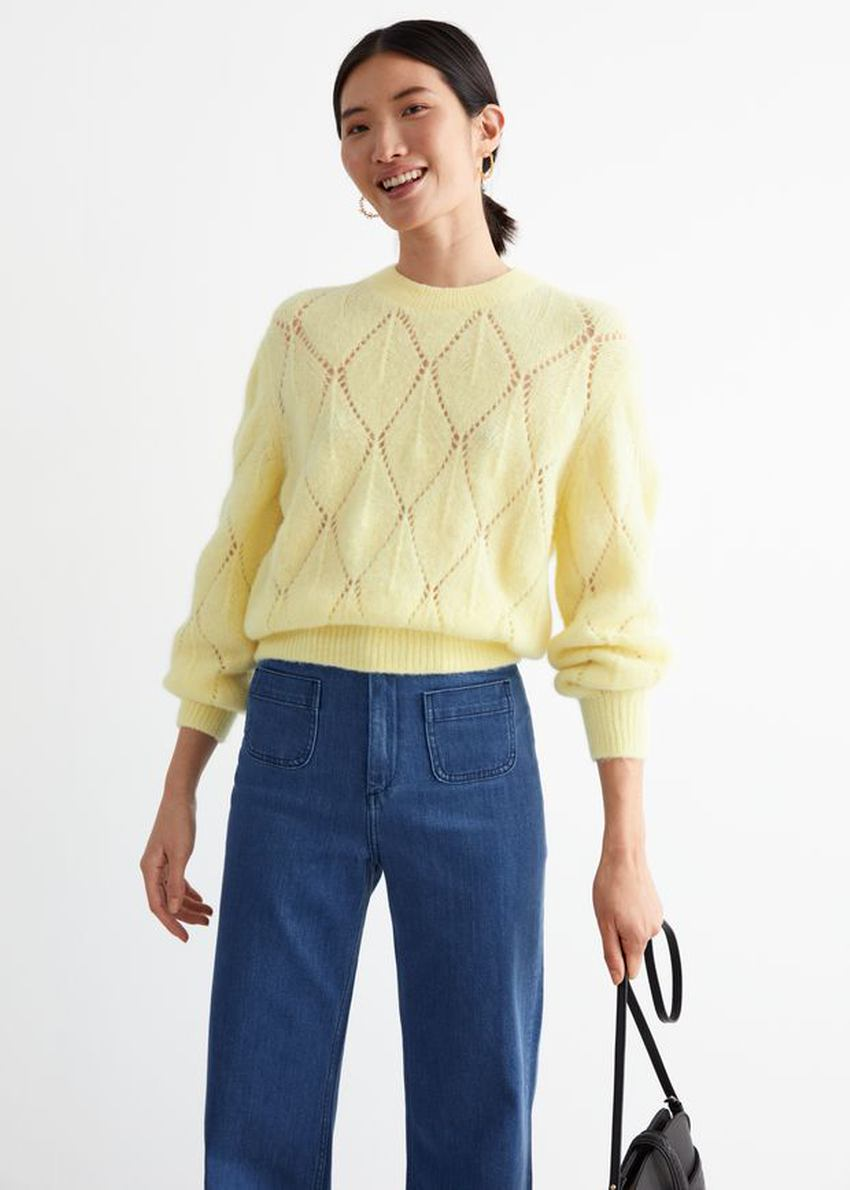 앤아더스토리즈 알파카 블렌드 니트 스웨터의 옐로우컬러 ECOMLook입니다.