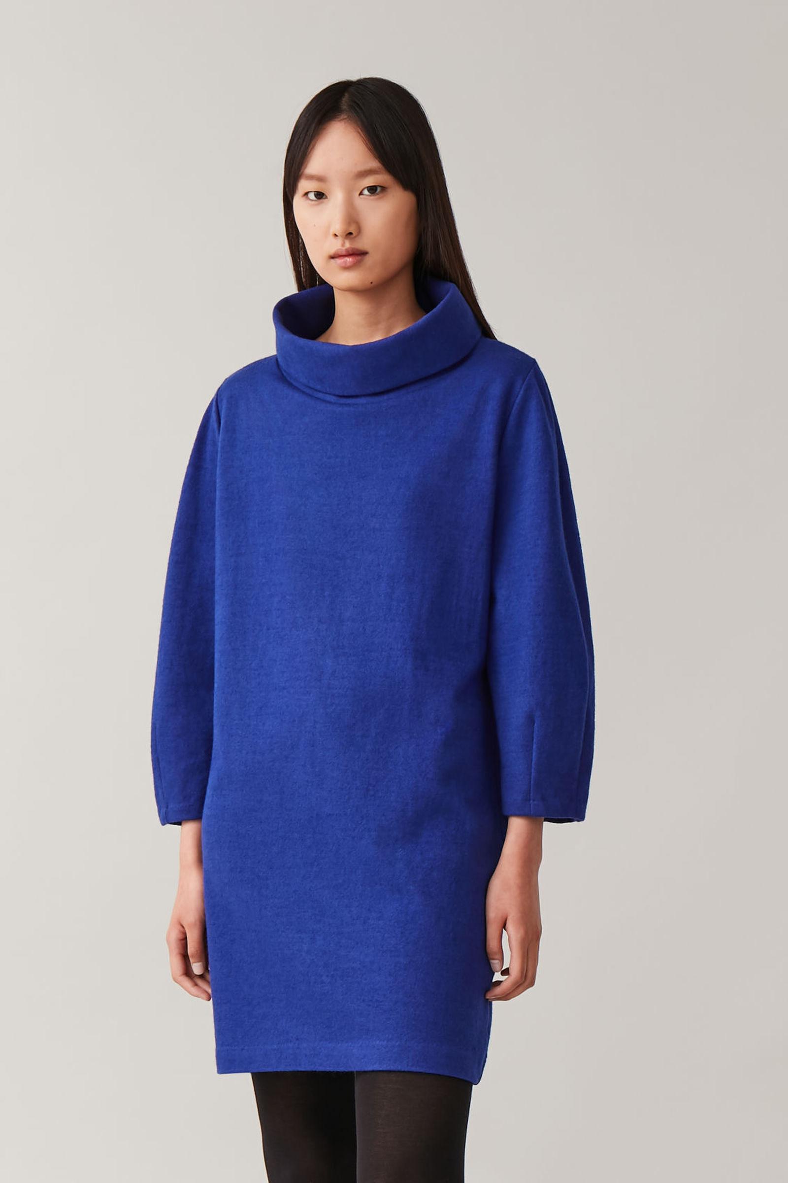 COS 울 코튼 코쿤 드레스의 코발트 블루컬러 ECOMLook입니다.