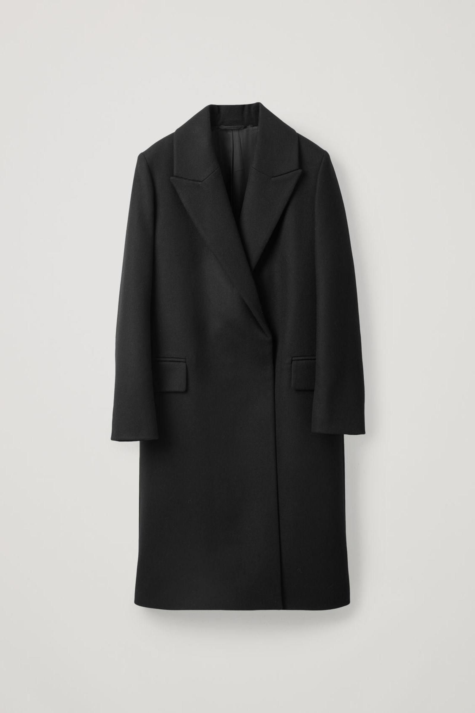 COS 클래식 롱 울 코트의 블랙컬러 상품컷입니다.