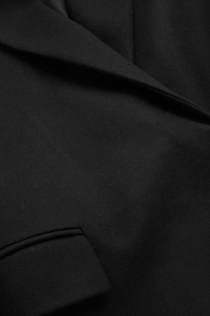 COS 클래식 롱 울 코트의 블랙컬러 상세컷입니다.