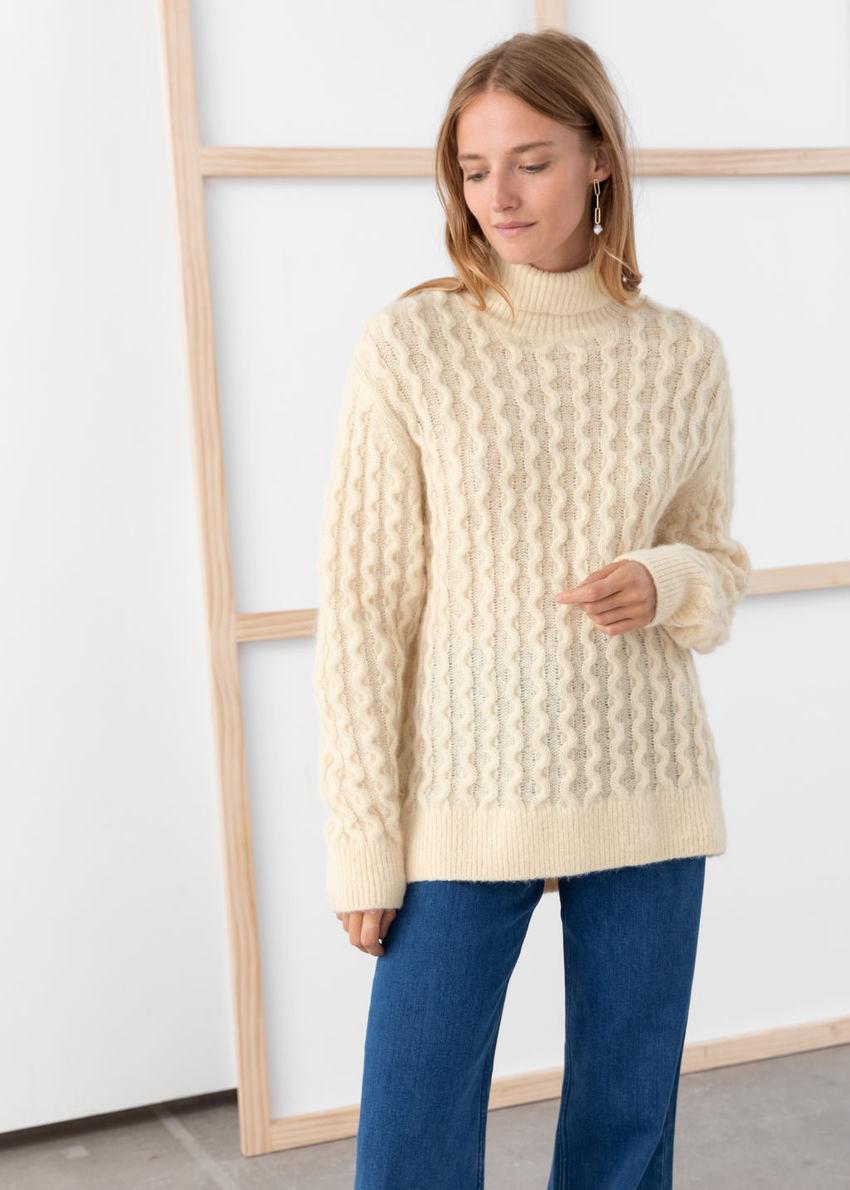 앤아더스토리즈 케이블 니트 터틀넥 스웨터의 베이지컬러 ECOMLook입니다.