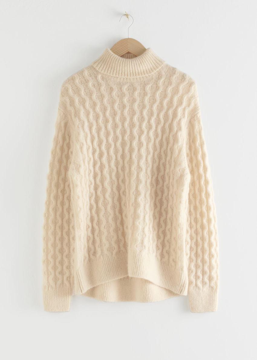 앤아더스토리즈 케이블 니트 터틀넥 스웨터의 베이지컬러 Product입니다.