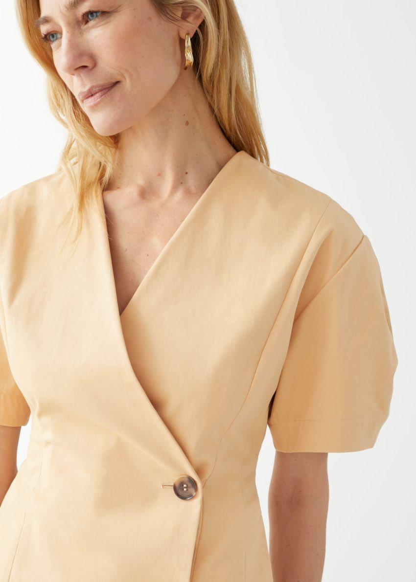 앤아더스토리즈 피티드 버튼 랩 미니 드레스의 더스티 옐로우컬러 ECOMLook입니다.