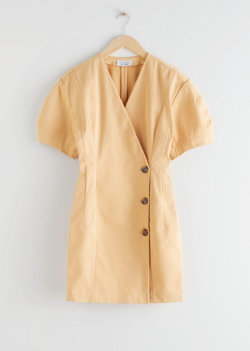 앤아더스토리즈 피티드 버튼 랩 미니 드레스의 더스티 옐로우컬러 Product입니다.