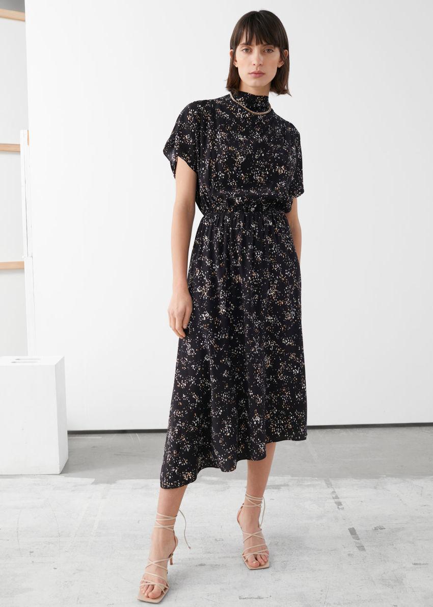 앤아더스토리즈 에이시메트릭 새틴 미디 드레스의 블랙 프린트컬러 ECOMLook입니다.