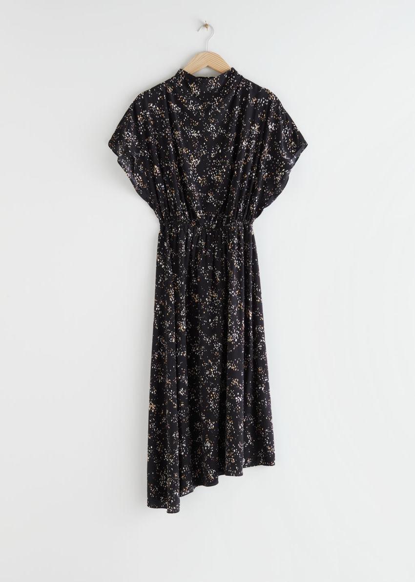 앤아더스토리즈 에이시메트릭 새틴 미디 드레스의 블랙 프린트컬러 Product입니다.