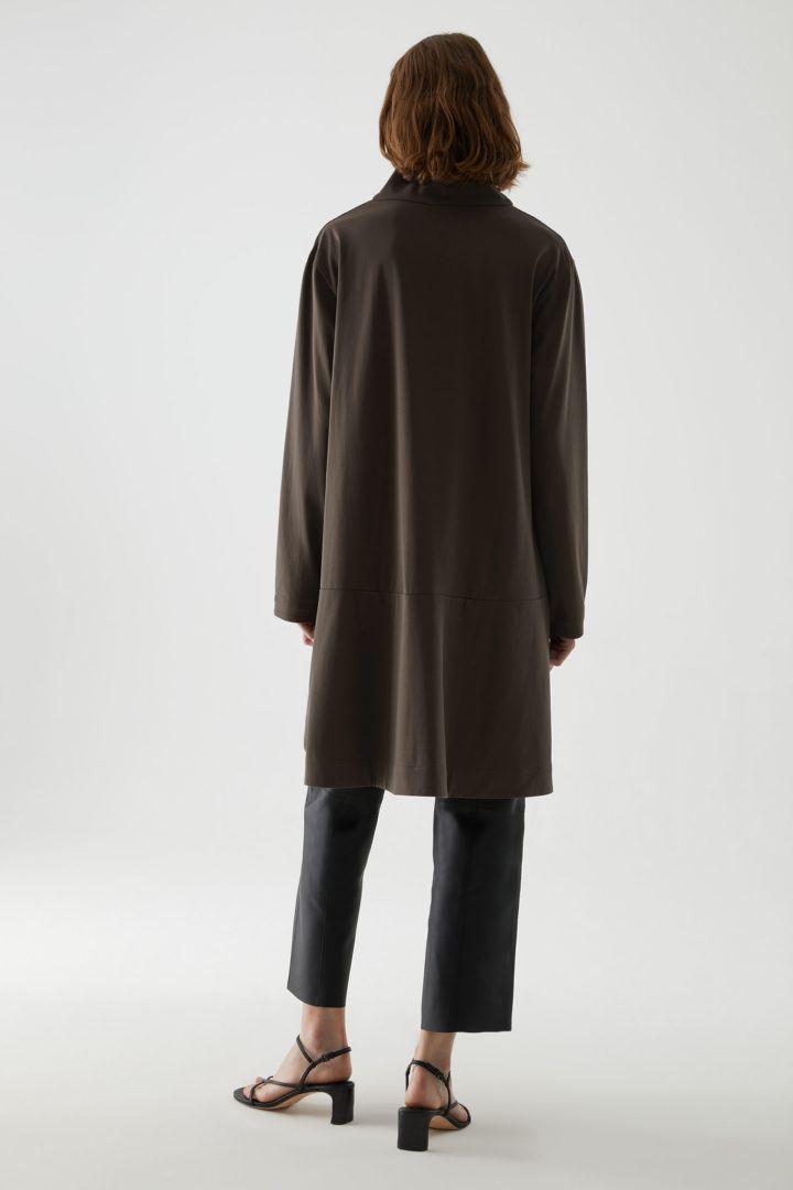 COS 코튼 하이 넥 드레스의 브라운컬러 ECOMLook입니다.