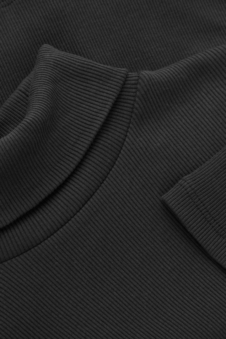 COS 롤넥 오가닉 코튼 탑의 블랙컬러 Detail입니다.