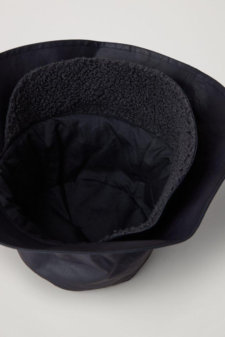 COS 코튼 버킷 햇의 블루컬러 Detail입니다.