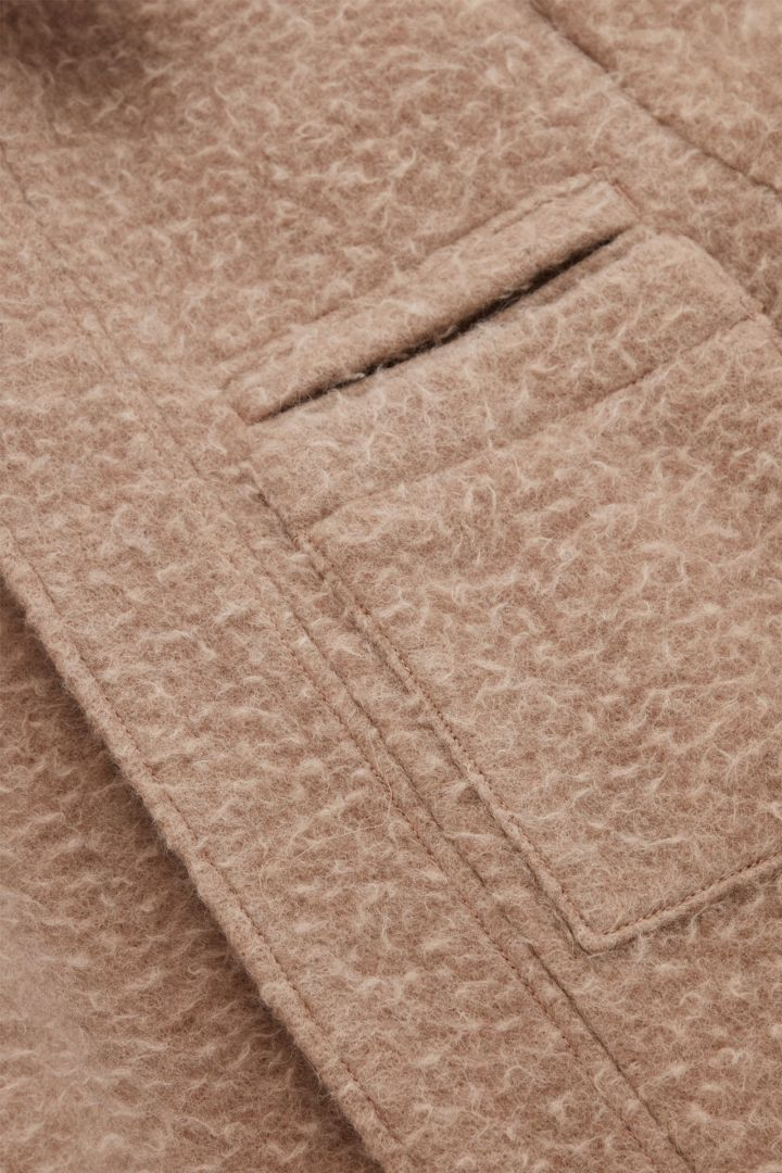 COS 텍스처드 울 오버사이즈 코트의 베이지컬러 Detail입니다.