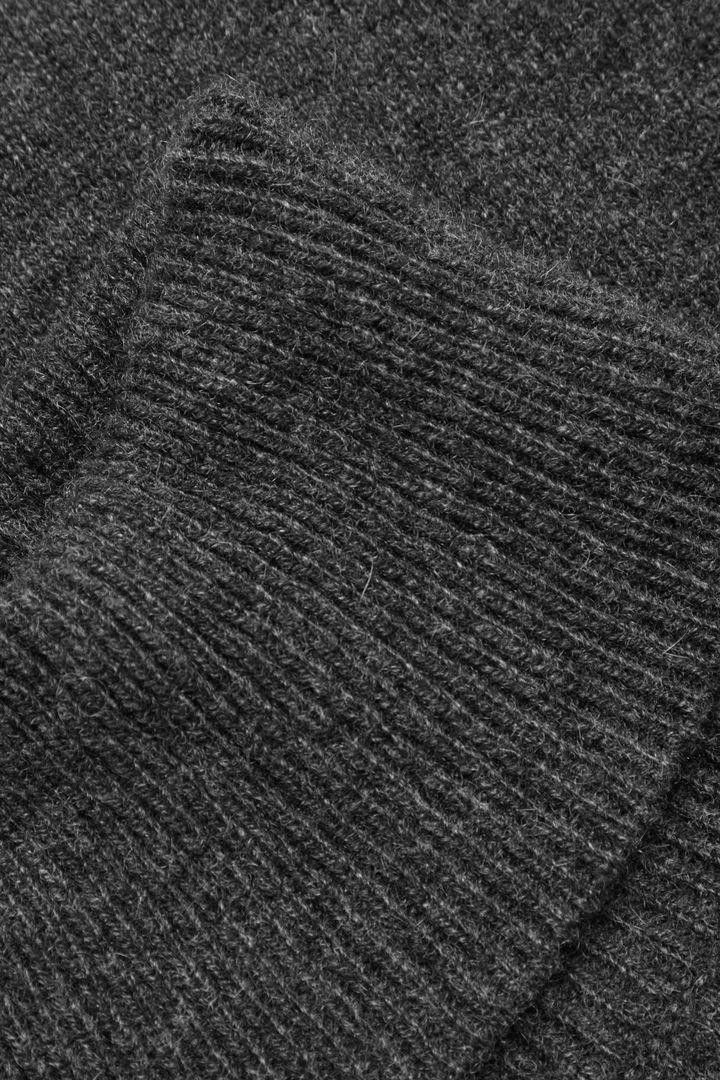 COS 소프트 캐시미어 롤넥 스카프의 그레이컬러 Detail입니다.