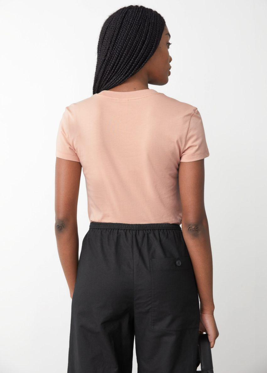 앤아더스토리즈 피티드 티셔츠의 베이지컬러 ECOMLook입니다.