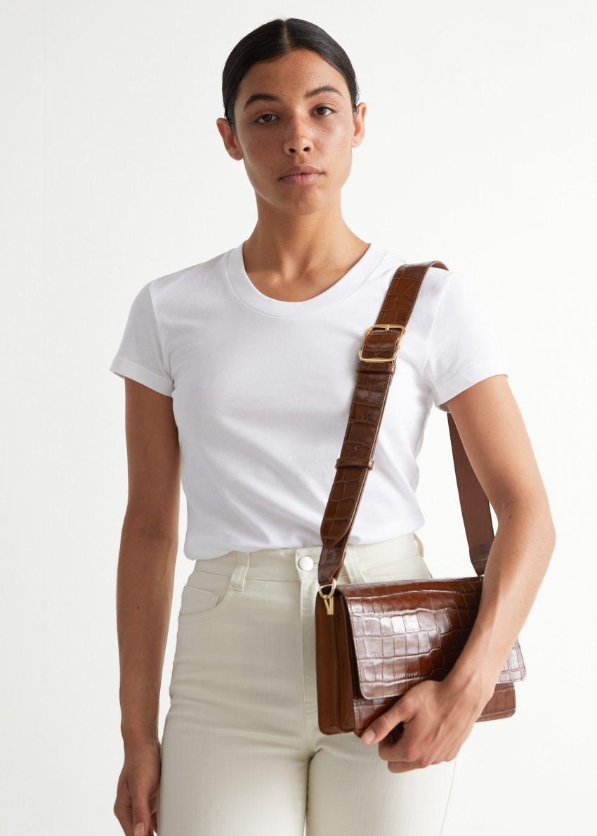 앤아더스토리즈 피티드 티셔츠의 화이트컬러 ECOMLook입니다.