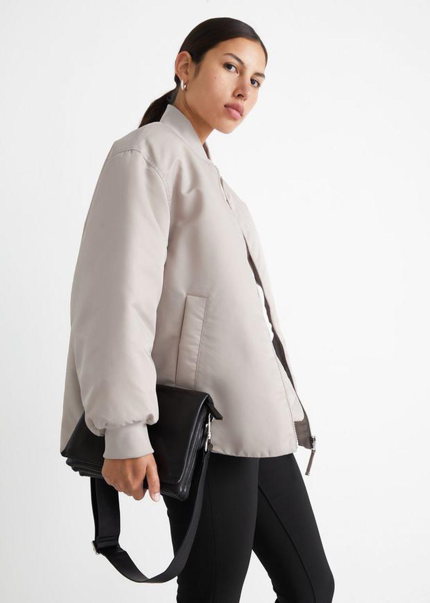 앤아더스토리즈 오버사이즈 패디드 보머 재킷의 몰컬러 ECOMLook입니다.