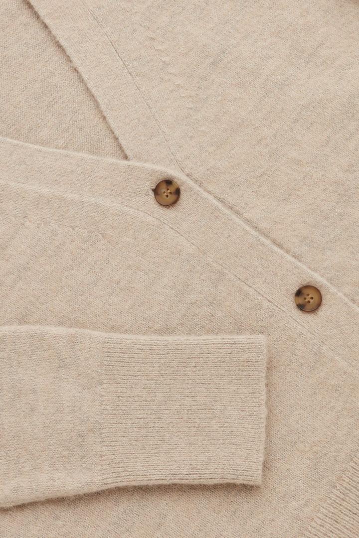 COS 알파카 울 가디건의 베이지컬러 Detail입니다.
