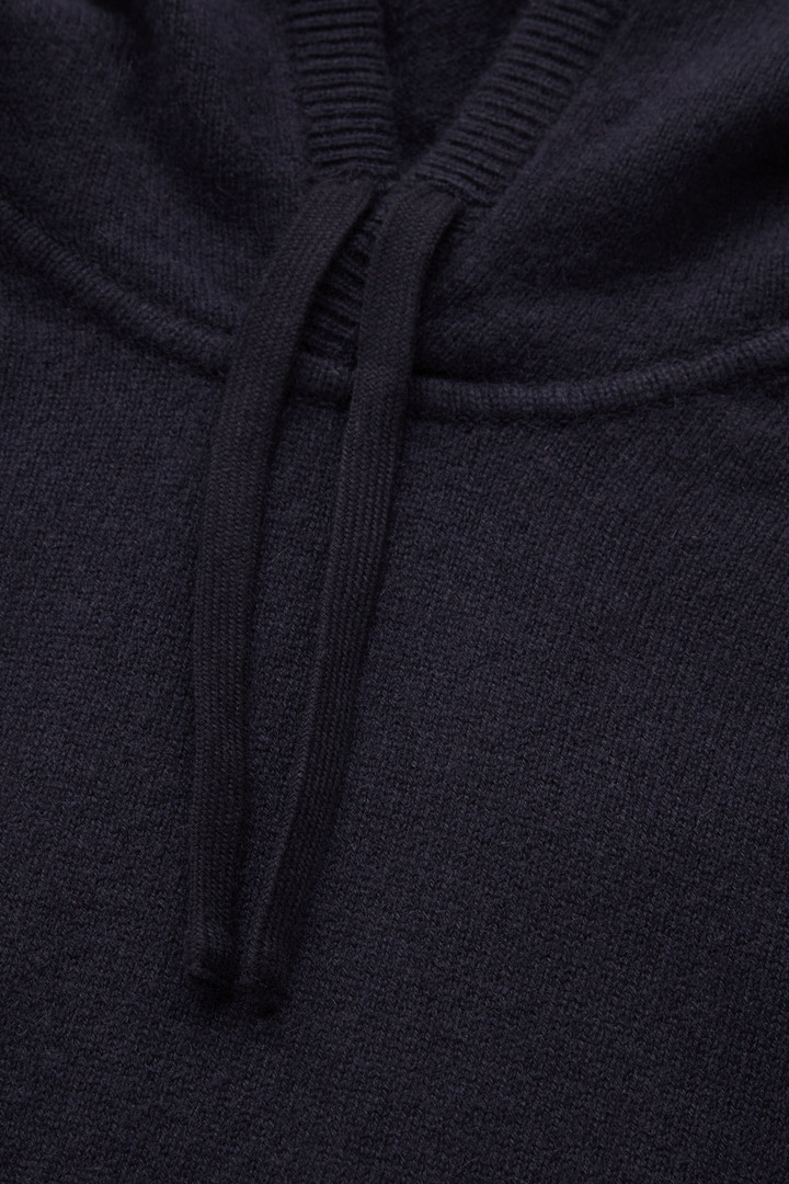 COS 캐시미어 후디의 네이비컬러 Detail입니다.