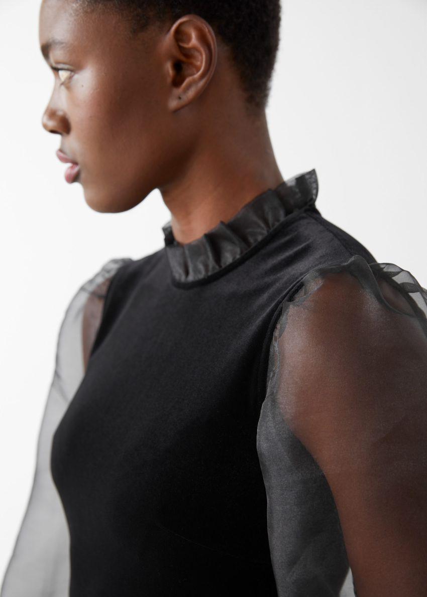 앤아더스토리즈 오간자 슬리브 벨벳 미니 드레스의 블랙컬러 ECOMLook입니다.