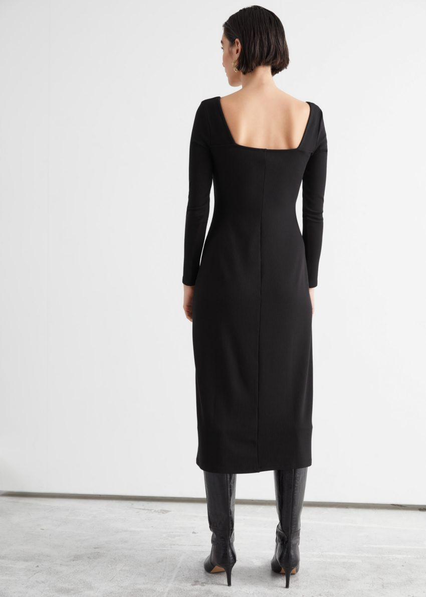 앤아더스토리즈 스위트하트 넥 미디 드레스의 블랙컬러 ECOMLook입니다.