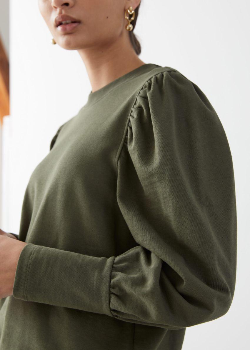 앤아더스토리즈 퍼프 슬리브 코튼 스웨터의 카키컬러 ECOMLook입니다.